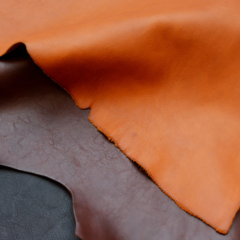 革といえば、イタリアンレザーが有名。 Organでは、革の産地として名高いイタリア・トスカーナ州で作られた植物タンニンなめしの革を使用。 素材を生かしたシンプルなデザインを基本とした製品が多いです。 余計な装飾がないのも長く使い続けられる条件ですね。
