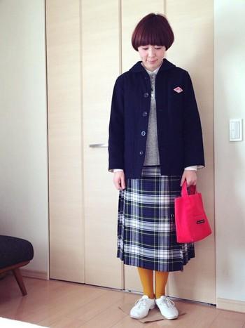 正統派トラッドのプリーツスカートに、からし色のタイツと赤いトートバッグで、個性をプラス。大人可愛いトラッドスタイルに。