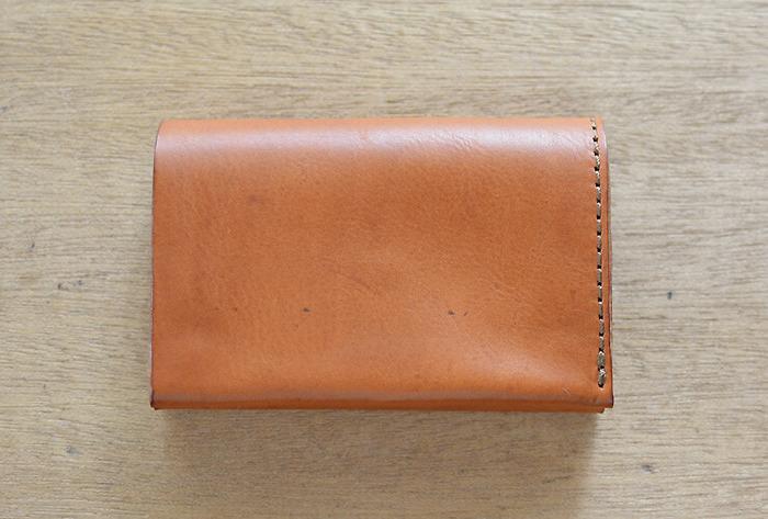 革の厚みを感じるボリューム感のある二つ折り財布です。