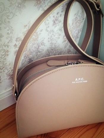 ベージュのハーフムーンバッグも優しげな雰囲気でまた違った表情を見せてくれます。 女性らしい雰囲気を演出するならベージュがオススメです。