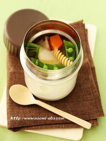 にんじん、かぶ、レンコンなど、これから美味しくなる野菜とパスタが入ったコンソメスープ。保温効果のあるジャーで調理が進むから、野菜はちょっと硬くても大丈夫。