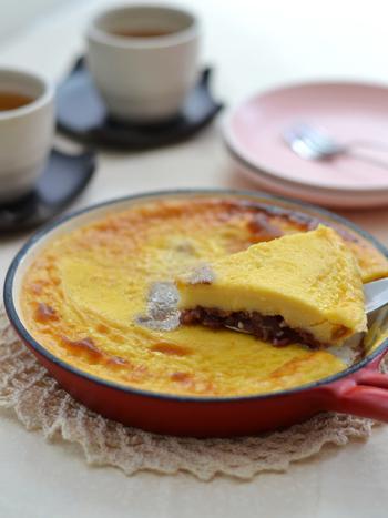 フランスのリムーザン地方の伝統菓子「クラフティ」をタルト生地を敷かずに粒あんを敷いた、簡単レシピ。生クリームや小麦粉を使わずに牛乳とホクホクのマッシュポテトを使うことで、ヘルシーな上にほっこりやさしい味に仕上がります。粒あんとの相性もバッチリ!
