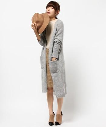 トレンド感のあるお洒落なコーディネートですね。 淡い色合いでまとめても、ロングカーデのIラインでスッキリと着こなせます。