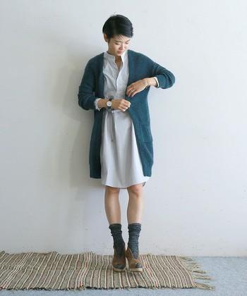 ショートカットとソックスがよく似合う、パリジェンヌのようなロングカーデの着こなしです。