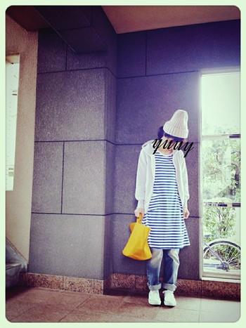 からし色のバッグで、落ち着いたコーディネートに秋らしい明るさを添えて。