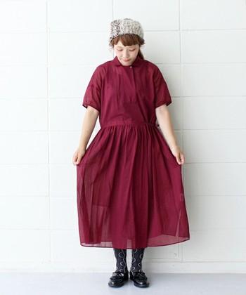 ボルドーに近い、深みのある赤が印象的なワンピース。上品な透け感のあるふんわりとした素材なので、優しい雰囲気にまとめて。
