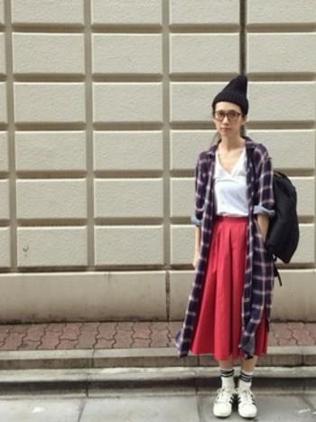 鮮やかな赤のギャザースカートにタータンチェックのシャツワンピースを羽織って、暖かそうなコーディネート。足元は敢えて白で揃えてイノセントな雰囲気を。