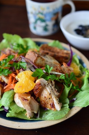 刻んだ塩ゆずを鶏肉にすりこみ、一晩寝かせてこんがり焼けば、風味豊かなグリルチキンに。サラダとの相性も良く、箸が進みそうですね。