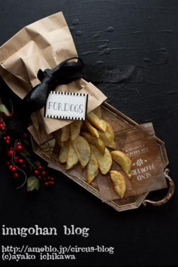 材料はじゃがいもとエキストラバージンオリーブオイルだけ!オーブンで焼くだけの簡単レシピです。私たちも、塩や黒こしょうを振って一緒に食べちゃいましょう。
