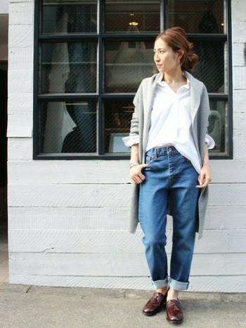 白シャツとデニムにサラっと羽織ってオトナっぽいコーディネートに。カッチリとした靴を合わせて、ボーイッシュに着こなしたいですね。