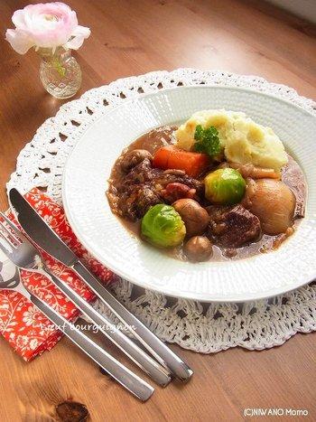 牛肉とワインが名産の、フランス・ブルゴーニュ地方の郷土料理です。口の中でホロリととろける、お肉の食感がたまりません。