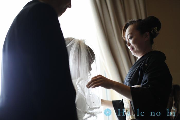 花嫁を見つめるご両親。娘を思う親の気持が伝わってくるような心に響く一枚。