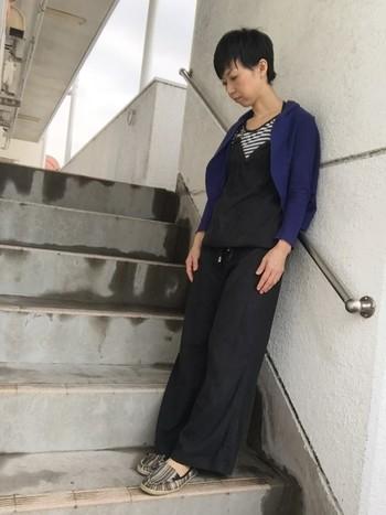 コチラは、2015年のトレンド・ネイビーのカーデを合わせたスタイル。ネイビーのカーディガンを羽織ると、こなれた印象となります。
