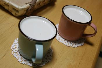 これは間違いない組み合わせ!紅茶リキュール「ティフィン」を入れたふんわり美味しいミルクティー。ミルクティーだけどお酒なので飲み過ぎには注意!