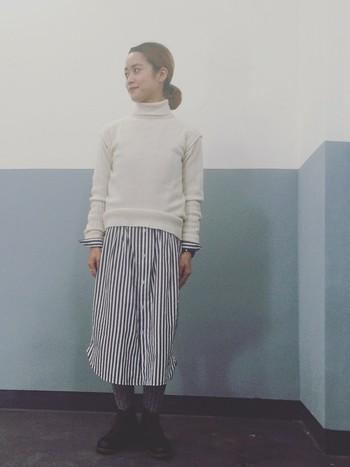少し派手柄でもスカートとして自然に取り入れると着こなしやすい。重ね着ならベースカラーのシャツとニットのカラーを合わせるのが鉄則です。