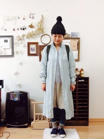 淡色デニムシャツで少しカジュアルなスタイルです。重ね着で自分だけのスタイルに挑戦しましょう。