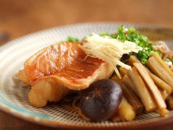 赤魚は淡泊ですが、美味しいだしが出ます。それを麺つゆ代わりにそばに絡めていただきます。甘めのつゆに針しょうがの薬味をきかせて、さわやかな香りと辛さを楽しみます。