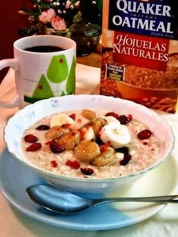 寒い朝にはホットミルクにオートミールやシリアルを入れて朝ごはん。バナナを添えたら栄養バランスもGood!
