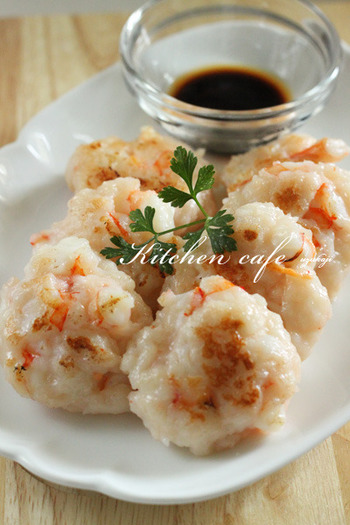 はんぺんでつくるはんぺん?海老のプリプリ食感を加えてさらにおいしくおしゃれにアレンジ。お弁当のおかずにもいいですね。