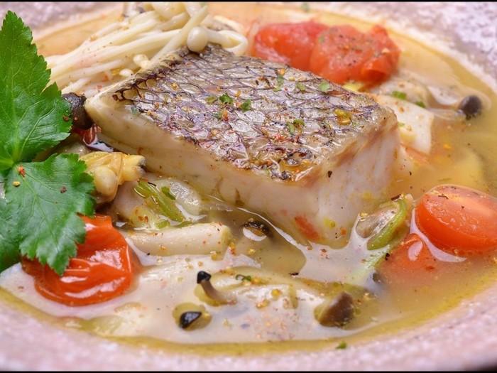 アクアパッツァは、比較的魚介類をよく食べるイタリア南部の料理です。魚の種類はすずき、たい、たら、かさご、めばるといった白身魚が好まれます。  本来家庭料理なのでもちろん日本の家庭でも可能です。濃厚な魚介のスープを吸った野菜も一緒にいただく、この調理法は日本の「だし」文化につうじる物があるかもしれません。