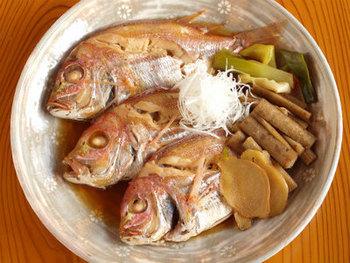 手のひらに乗るサイズの鯛なら、丸ごと煮つけてしまいましょう。 コツは同じ。調味液を煮立てた中に鯛を入れる、落し蓋をして短時間で煮上げる、余熱をきかせる。  同じ調理法でも、切り身より丸ごとをお出しするとかなりお料理上級者に見えてしまいます。