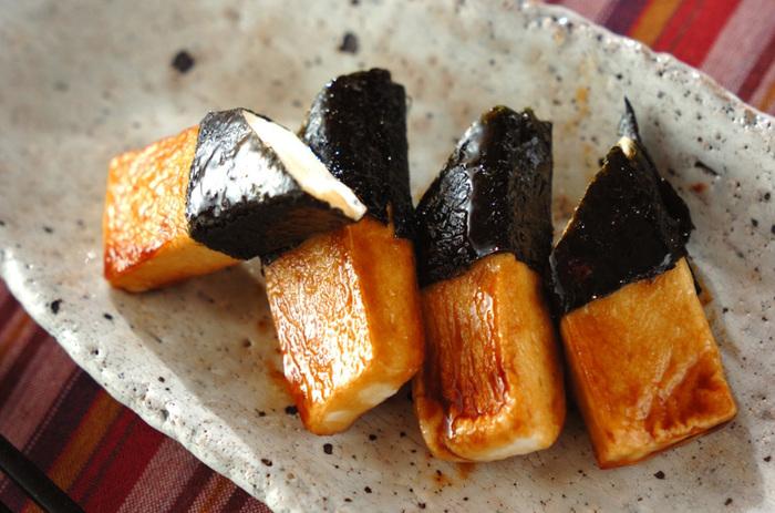海苔を巻いて砂糖醤油のたれをからめて焼くだけ。おつまみにも、おやつにも。 はんぺんの原料は魚ですから、育ち盛りのお子さんのおやつにもいいですね。
