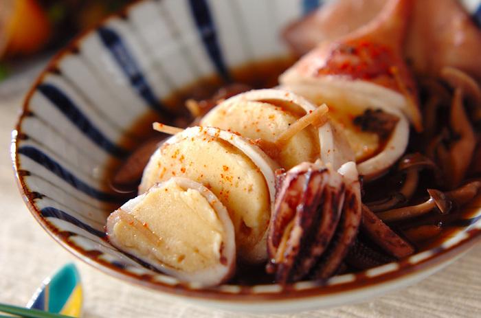 「いかめし」をヒントにはんぺんと豆腐のペーストをイカに詰めて煮ます。はんぺんがよくだしを含んで、優しい味。一味唐辛子で引き締めて。