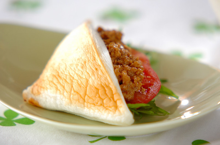 ふわふわのはんぺんをパン代わりにして、肉みそと野菜をサンド。食べ応えがあります。