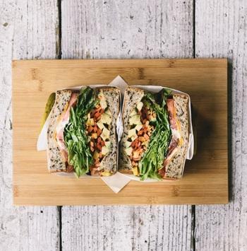 「ベジタリアンサンド」はこんなにカラフル。アボカド、マーブルチーズ、そして季節の野菜をセサミプレッドに挟みました。