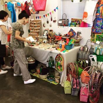 マルシェのようなイベントでは、なかなか普通のお店では見ることのできない個性的な商品がたくさん☆作った人とお話しながら買い物をするというのもなかなか素敵ですよね。