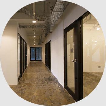 「ショールームオフィス」はモルタルとスケルトン天井となっているため、改築の幅も広がります。オープンな空間なため、テナント同士の交流もされやすくここで色々な楽しい企画が生まれそうですね。
