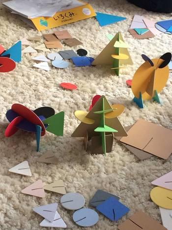 3階のショールームオフィスには、子どもに関連する事業のオフィスが入っており、こちらの「いろくみ」もそのひとつ。このような丸や三角、四角などのカラフルなカードを組み合わせて発想豊かに自由に様々なオブジェをつくる「いろくみカード」を使ったワークショップを定期的に開催。子どもからデザインのプロまで楽しんで作ることのできる「いろくみカード」でアーティスティックに想像力を伸ばしましょう。