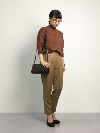 シンプルな革のショルダーバッグはひとつ持っていると色々なコーディネートに使えます。
