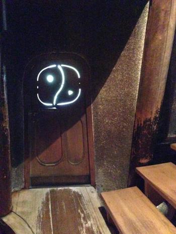 秘密の扉を発見。ここを通るとどこへつながっていくのでしょう?ワクワクします。