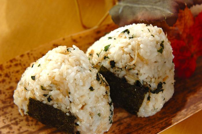大葉とジャコの佃煮を作り、ご飯にまぜたおにぎり。大葉の風味が効いています。佃煮は冷凍保存も可能なので、食べたいときに食べられてとっても便利。