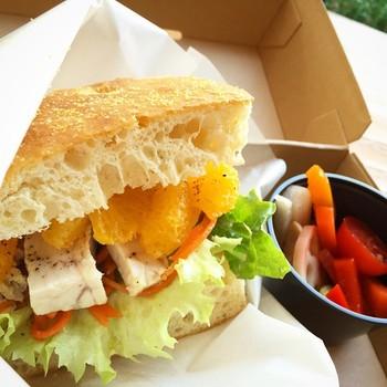 ランチにしっかり食べられるサンドイッチもあります。自家製のカジキマグロのハーブマリネ、野菜とクリームチーズ、くるみ、柑橘がたっぷり入ったデリ付きのお食事サンドイッチ。