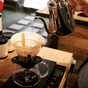 HARIO V60ドリッパーで一杯ずつ丁寧に淹れる美味しい珈琲。