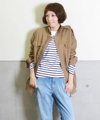 うすい色のデニムにボーダー、ベージュのジャケットで爽やかなコーデに。ジャケットの袖を少しまくってボーダーをチラっと見せているところがこなれポイント。