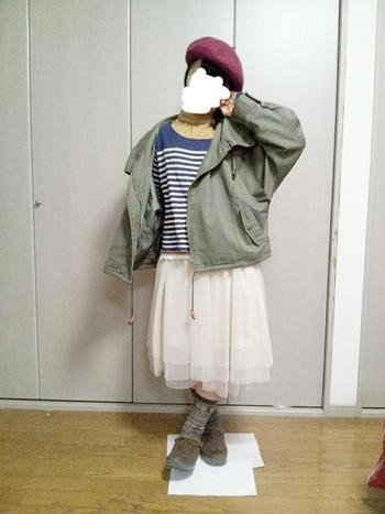 オフホワイトのチュールスカートとベレー帽でガーリースタイルの完成♪このスタイルに柄ソックスを合わせているところもGood!