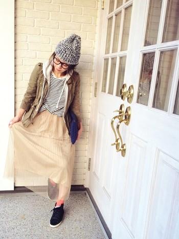 柔らかい色と素材のスカートにはベージュのジャケットを合わせてシンプルガーリーコーデの完成。ニット帽、メガネ、バッグなどの小物のチョイスも素敵♪