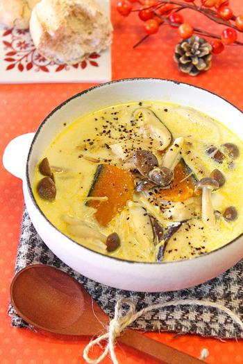 秋冬においしいカボチャときのこを加えたあったかいスープ。きのこのおかげでブイヨンいらずでもしっかり旨味がでます。豆乳のヘルシーなコクで体がぽかぽかになること間違いなし。