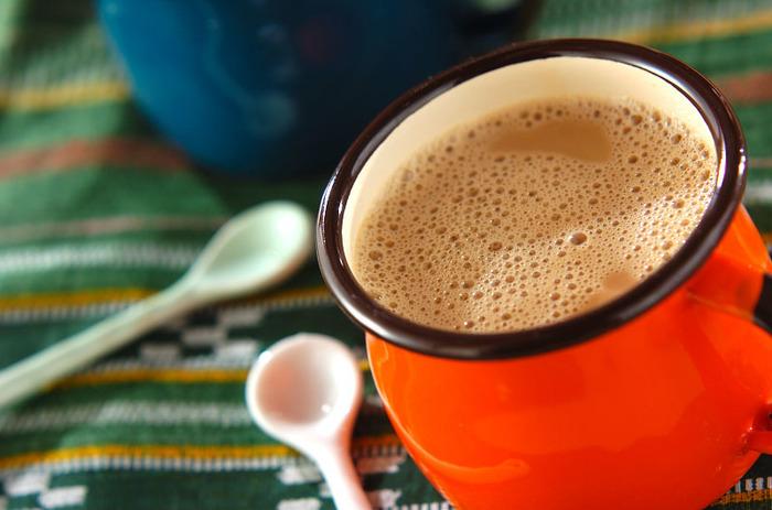体が温まるスパイスを入れた豆乳チャイ。思いのほか簡単に作れるので、手軽にチャレンジできます。これから寒くなる季節にぜひどうぞ。