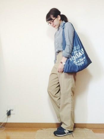 パンツはゆるっとバッグも大きめなメンズライクなコーディネート。そこにややタイトなギンガムチェックのシャツを合わせるときちんと感を演出してくれます。