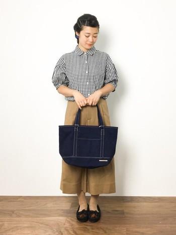 袖のデザインがキュートなギンガムチェックシャツ。ガウチョパンツとトートバッグで落ち着いたコーディネートがマッチしています。