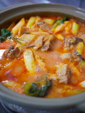 豆乳とトマトの酸味がマッチする豆乳トマト鍋。鶏もも肉やお野菜をたくさん入れてみんなでワイワイ食べたいですね。最後のしめは、ご飯を入れてリゾットやパスタを入れてみてもいいですね。
