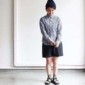 ギンガムシャツ×スカートの可愛らしいコーデですが、ニット帽と足元にアウトドアサンダルを持ってくることで、メンズライクでスポーティーな印象に大変身!