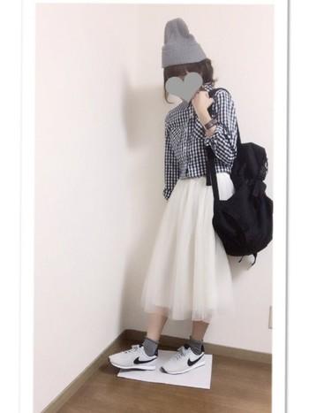 同じスカートでも、ボトムスの色が違うだけでこんなにも印象が変わります。さりげなくふんわり広がるチュールスカートは、女性さしらをそっと引き立ててくれる素敵アイテムです♪