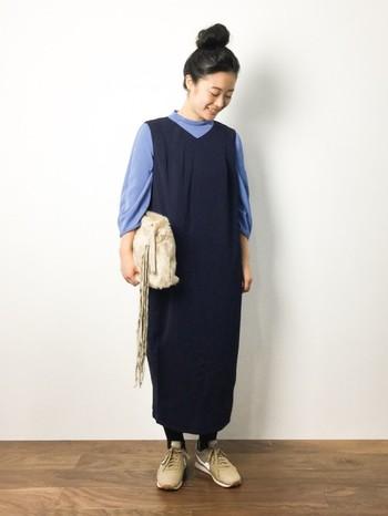 野暮ったくなりがちなシルエットのジャンパースカートですが、インナーの鮮やかな色によって明るく見えます。バッグと靴を同じ色で揃えるのもオシャレさんならでは。