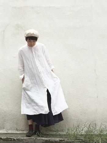 夏に着た白ワンピースは、下にロングスカートを合わせて、秋は重ね着を楽しんじゃいましょう。靴もサンダルからソックス&シューズに変更、ベレー帽をかぶれば今の時期にピッタリなオータムコーデの完成。
