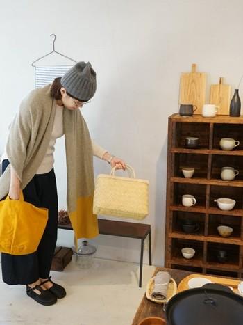 バッグと同じ黄色がポイントのストールは、ニット素材でほっこり。大人ガーリーなコーディネートにぴったりです。上質なニット素材のストールは、長く愛用できそうですね。